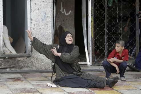 Une femme réagit après l'attentat qui a fait... (REUTERS/Mohammed Ameen)
