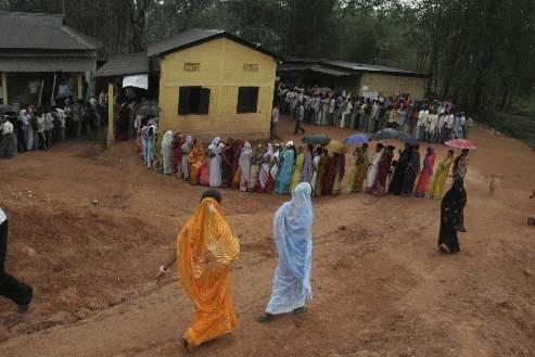 Des électeurs vont aux urnes en Inde.... (Associated Press)