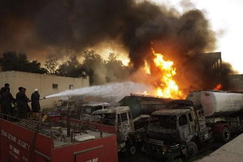 Quatre camions-citernes ont été complètement brûlés et deux... (Photo AP)