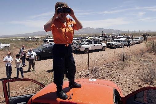 Un garde-frontière surveille la frontière entre le Mexique... (Photo: Reuters)