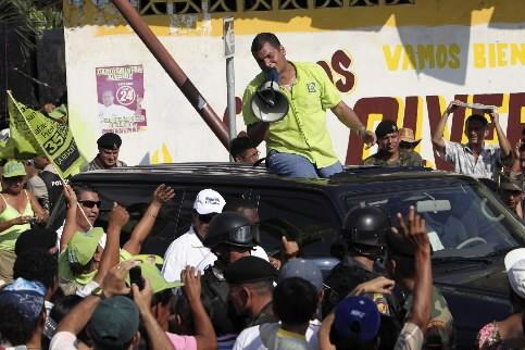 Rafael Correa s'adresse à une foule partisane.... (Photo: AP)