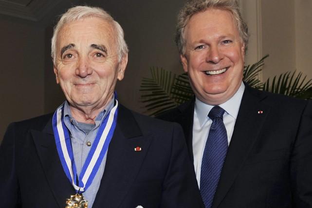 Le Premier ministre Jean Charest a remis à... (Photo: PC)