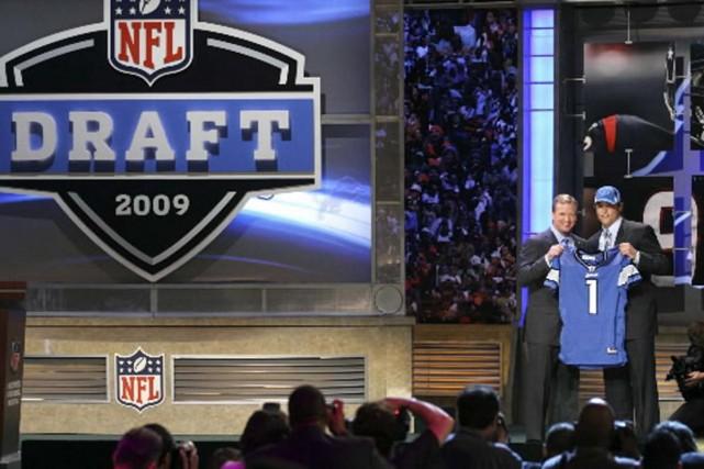 Stafford reçoit son chandail des Lions des mains... (Photo Associated Press)