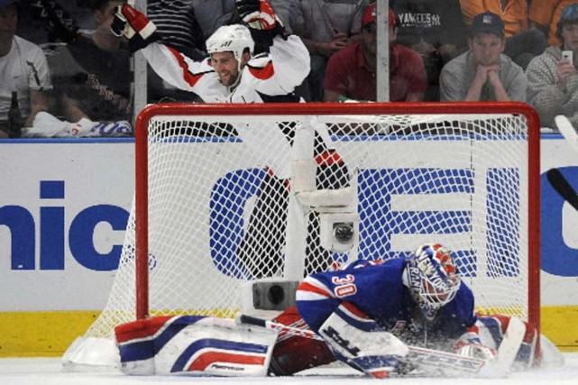 Tom Poti célèbre son but derrière un Henrik... (Photo Reuters)