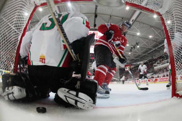 Martin St-Louis marque pour obtenir un de ses... (Photo Presse Canadienne)