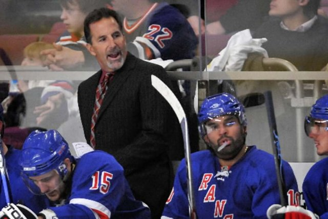 John Tortorella derrière le banc des Rangers.... (Photo AP)