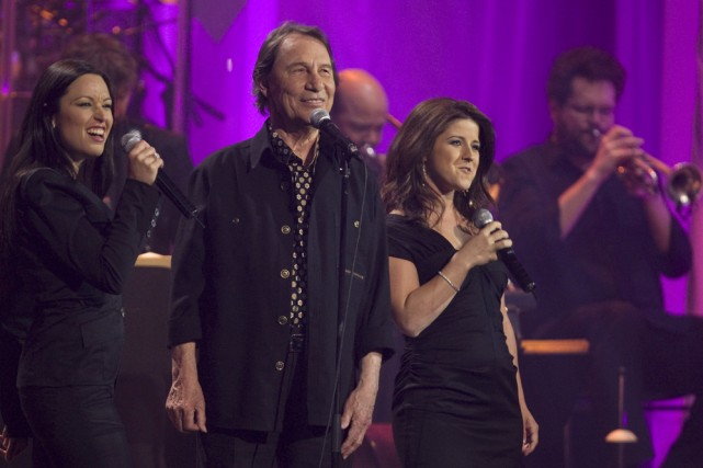 Natasha St-Pier et Marie-Élaine Thibert entourent Jean-Pierre Ferland... (Photo: Robert Skinner, La Presse)