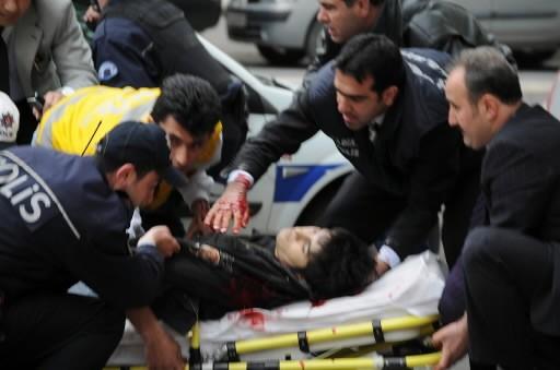 Des gens viennent en aide à un homme.... (Photo: AFP)