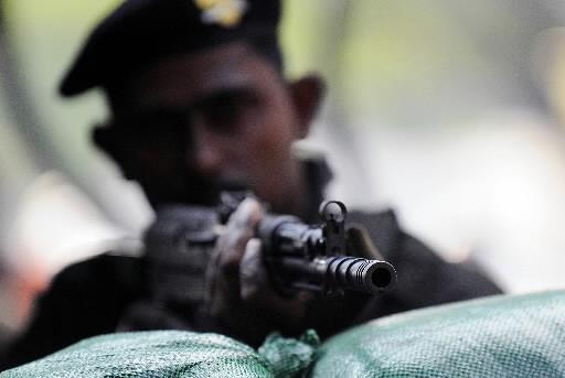 Un soldat sri lankais monte la garde à... (Photo: AFP)