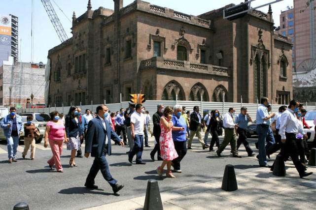 Des employés évacuent leurs immeubles, au centre-ville de... (Photo: Bloomberg)