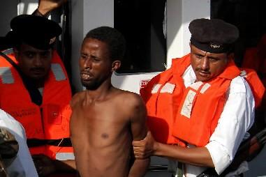 Neuf présumés pirates somaliens, interceptés lundi par un navire de guerre... (Photo: AFP)