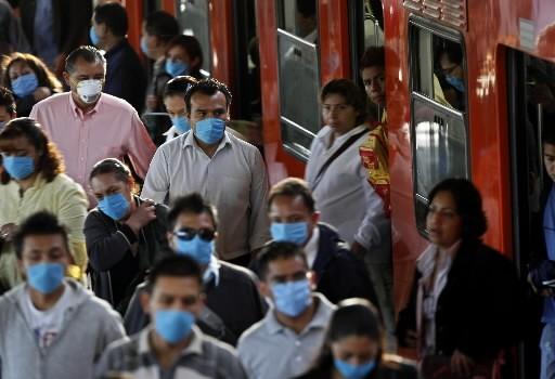 Des Mexicains masqués sortent du métro à Mexico.... (Photo: Reuters)