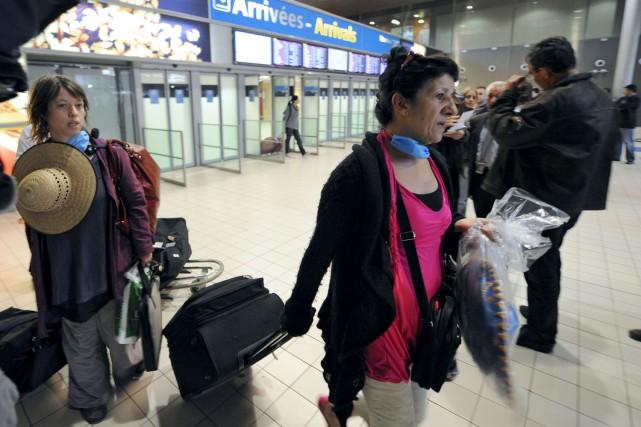 Des touristes français arrivent du Mexique à l'aéroport... (Photo: AFP)