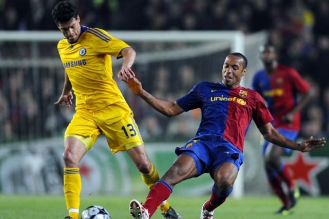 Thierry Henry (à droite), du FC Barcelone, tente... (Photo: AFP)