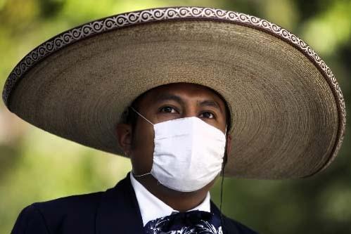 Une technicienne analyse des échantillons de salive humaine... (Photo: Reuters)