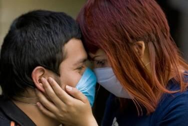 Un couple mexicain s'embrasse malgré leurs masques.... (Photo: AFP)
