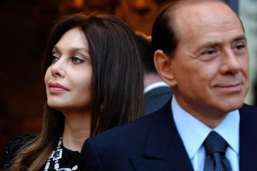 Le chef du gouvernement italien Silvio Berlusconi et... (Photo: AP)