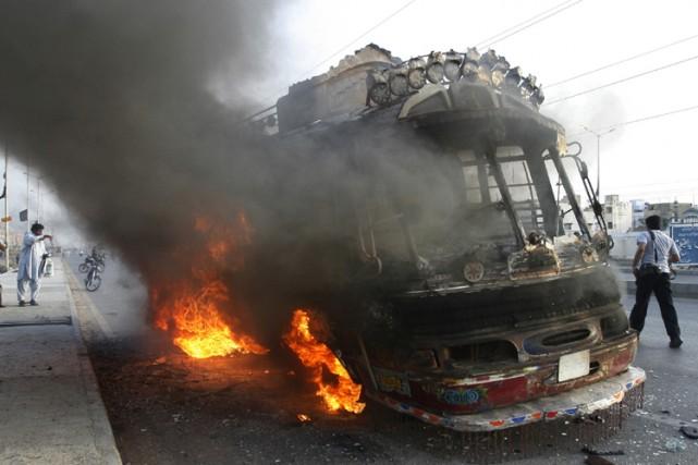 Plusieurs véhicules et autobus ont été incendiés.... (Photo: Reuters)