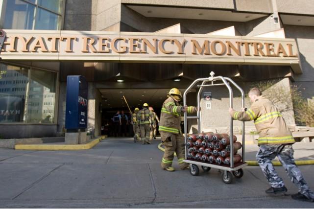 Des pompiers transportent ds bonbonnes d'oxygène à l'intérieur... (Photo: David Boily, La Presse)