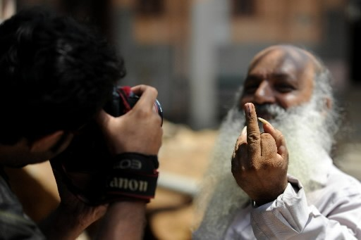 Un homme montre son doigt marqué d'encre à... (Photo: AFP)