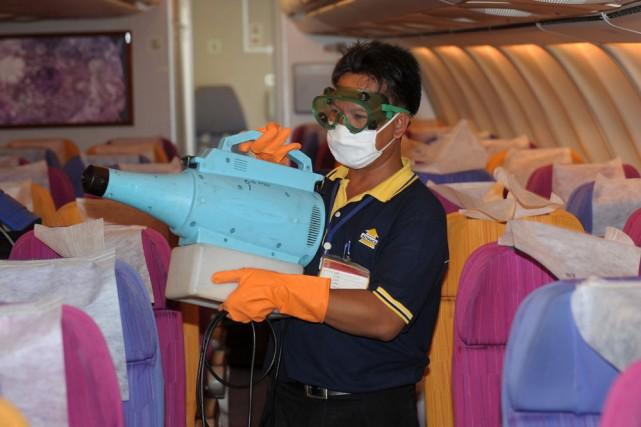 Un employé d'entretien vaporise un produit chimique afin... (Photo: AFP)