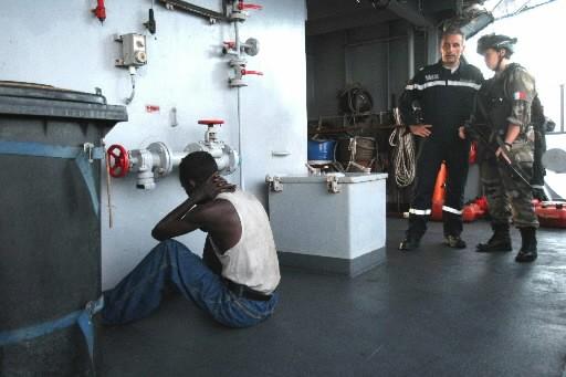 Des membres de l'équipage du Nivôse gardent un... (Photo: AFP)