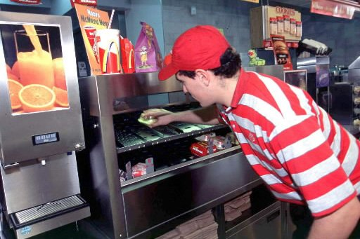 Un employés d'un restaurant McDonald's.... (Photo: Bloomberg News)