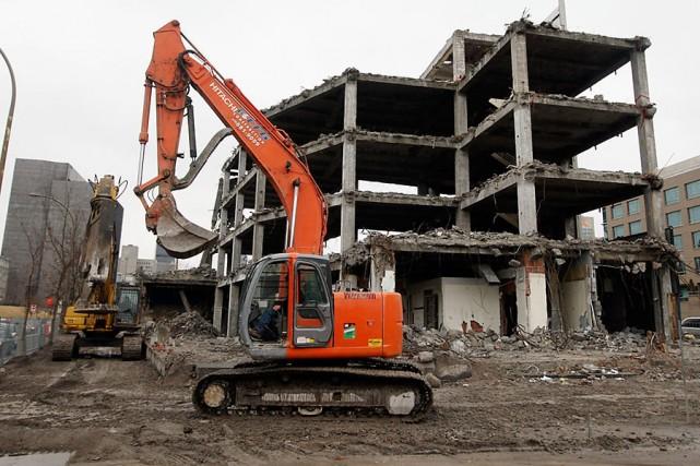 La démolition de l'édifice des Coopérants, situé rue... (Archives La Presse)