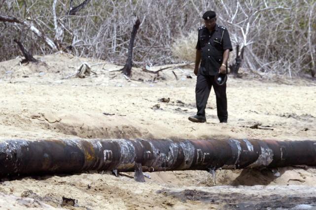 Un policier nigérien surveille un oléoduc de la... (Photo: AFP)