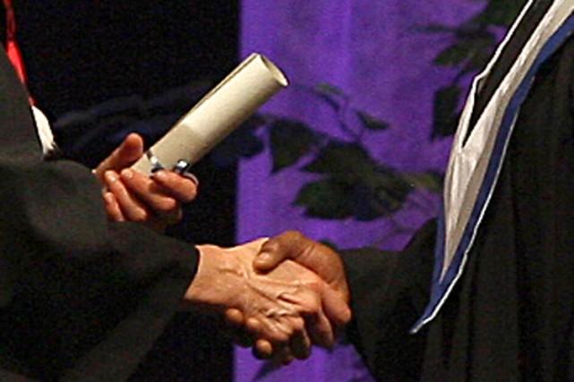 Alors que des jeunes hommes et femmes s'apprêtent à recevoir leur diplôme ce... (Photo: Le Droit)