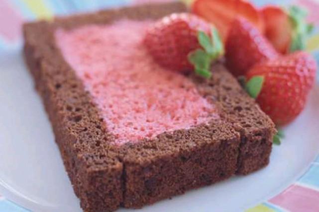La recette de Ricardo  gâteau au chocolat et à la mousse aux fraises