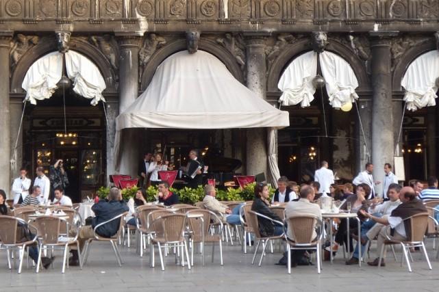 Fin d'après-midi au célèbre café Florian, sur la... (Photo: Marie-Christine Blais, La Presse)