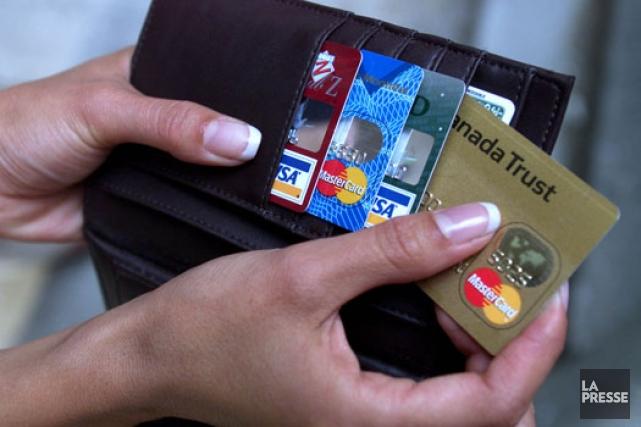 Les Canadiens paient davantage leurs dettes sur les cartes de crédit. Le... (Archives)