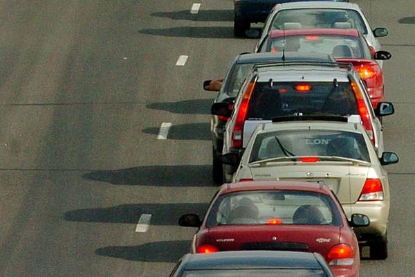 Les automobilistes montréalais devront puiser un peu plus profondément dans... (Archives, La Tribune)