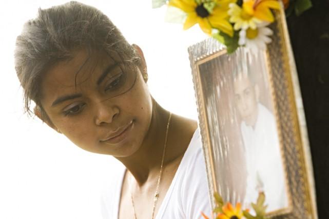 Wendy Villanueva pose devant un autel en hommage... (Photo: David Boily, La Presse)