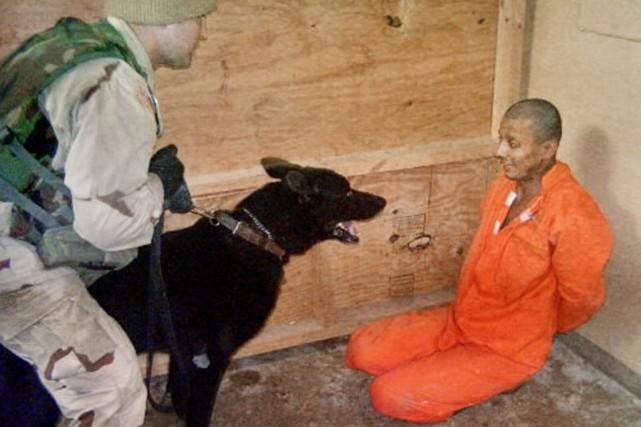 Un soldat américain interroge un détenu dans la... (Photo d'archives AP/Washington Post)