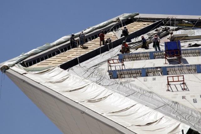 Des employés haut perchés, s'activent à refaire le... (Photo: Archives Reuters)