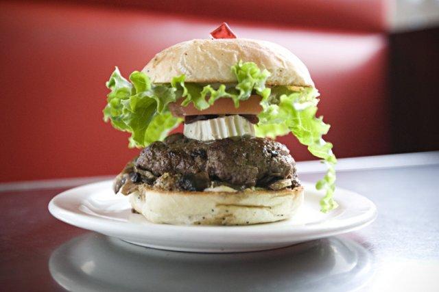 Un burger de l'Anecdote, au cerf haché et... (Photo: Ivanoh Demers, La Presse)