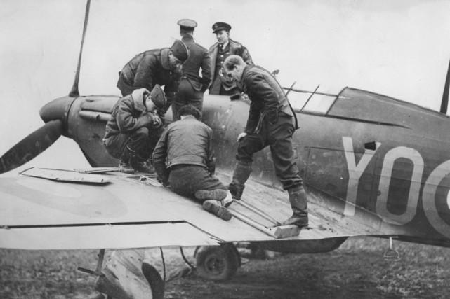 Des pilotes canadiens effectuent des vérifications sur une... (Photo: Archives La Presse)