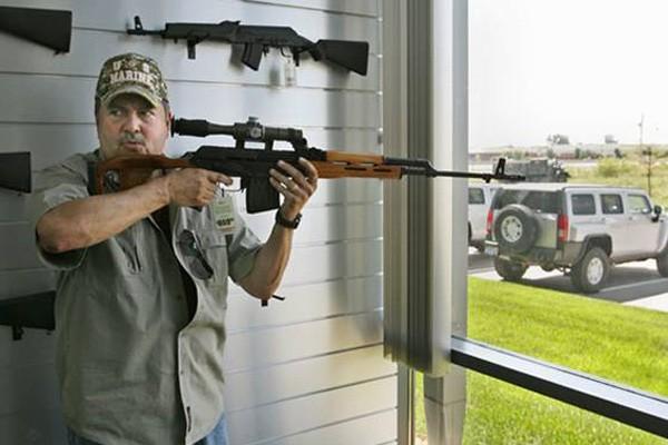 Un client de Jim Lynch Hummer Inc. essaie... (Photo Saint-Louis Post-Dispatch)