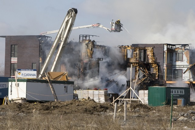L'incendie qui a détruit 96 appartements en copropriété... (Photo: Robert Skinner, archives La Presse)