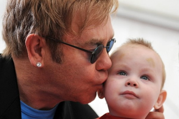 le chanteur elton john veut adopter un enfant ukrainien vie de stars. Black Bedroom Furniture Sets. Home Design Ideas