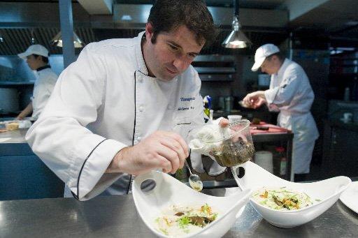 Jérôme Ferrer et ses cuisiniers au restaurant Europea.... (Photo: David Boily, La Presse)