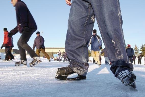 Des patineurs sur l'anneau de glace Gaétan-Boucher, à... (Photothèque Le Soleil, Jean-Marie Villeneuve)
