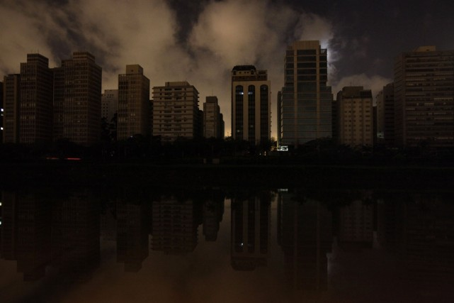 Une panne importante a plongé dans le noir... (Photo: AP)