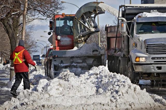 Le chargement de la neige a commencé sur... (Photo: Patrick Sanfaçon, La Presse)