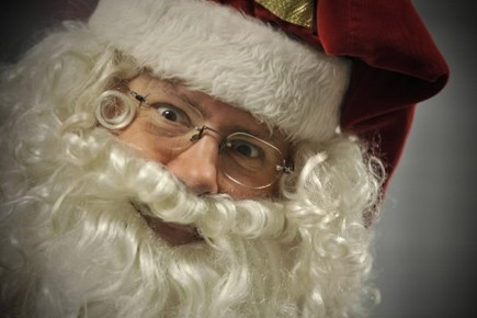 Le Père Noël donne le mauvais exemple avec son ventre rond et ses déplacements... (Photo: AP)