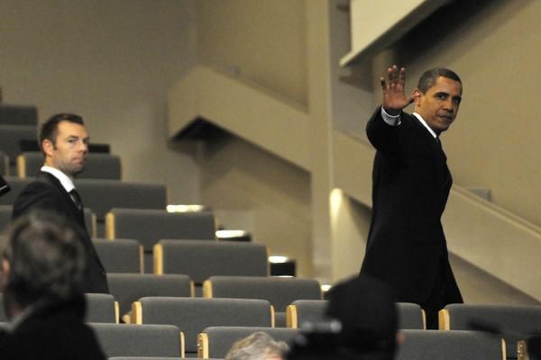 Le président Obama quitte la salle de conférence.... (Photo AFP)