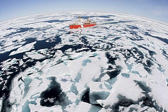 Chaque année, le brise-glace de la Garde côtière... (La Presse Canadienne)