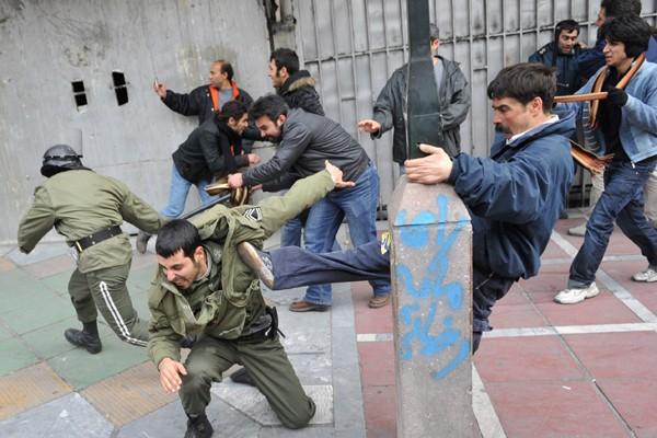 Des opposants au régime frappent des policiers lors... (Photo Reuters)